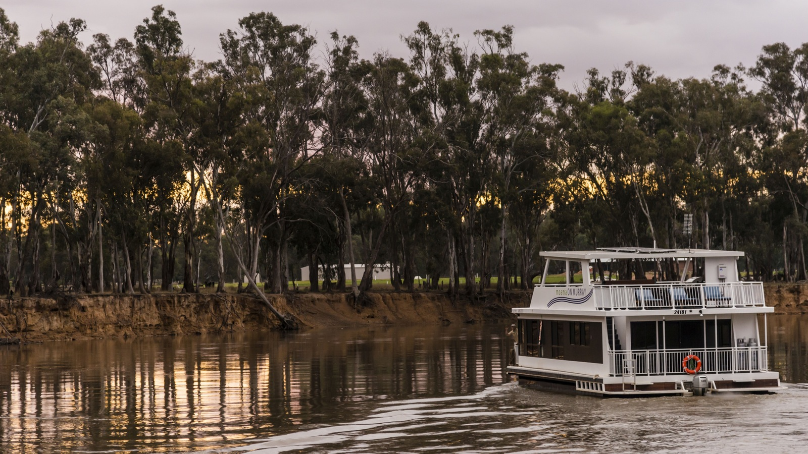 luxury houseboat adventures on the Murray River