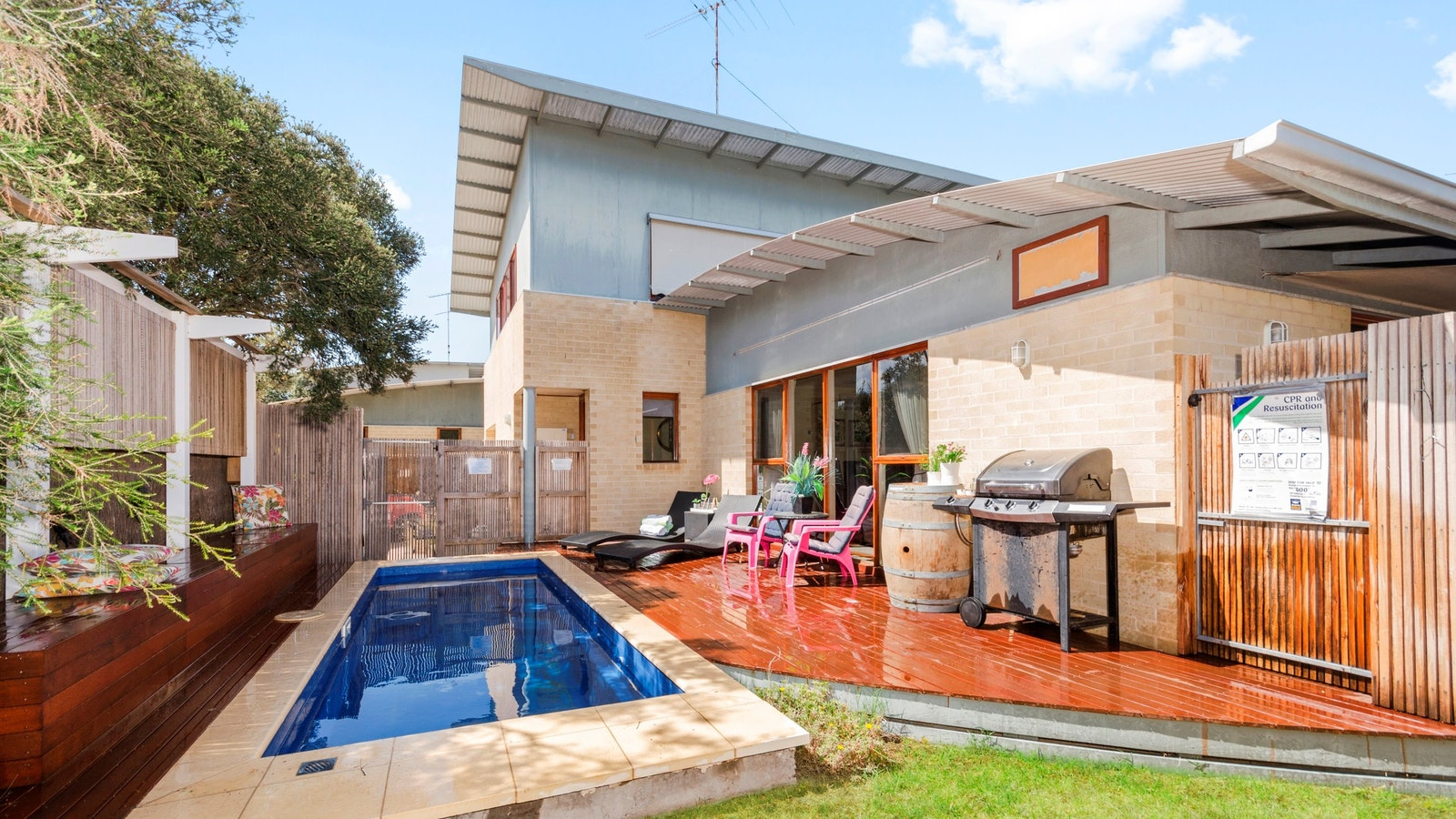 King Tide Townhouse. 200 metres to main Ocean Grove surf beach. Private pool.