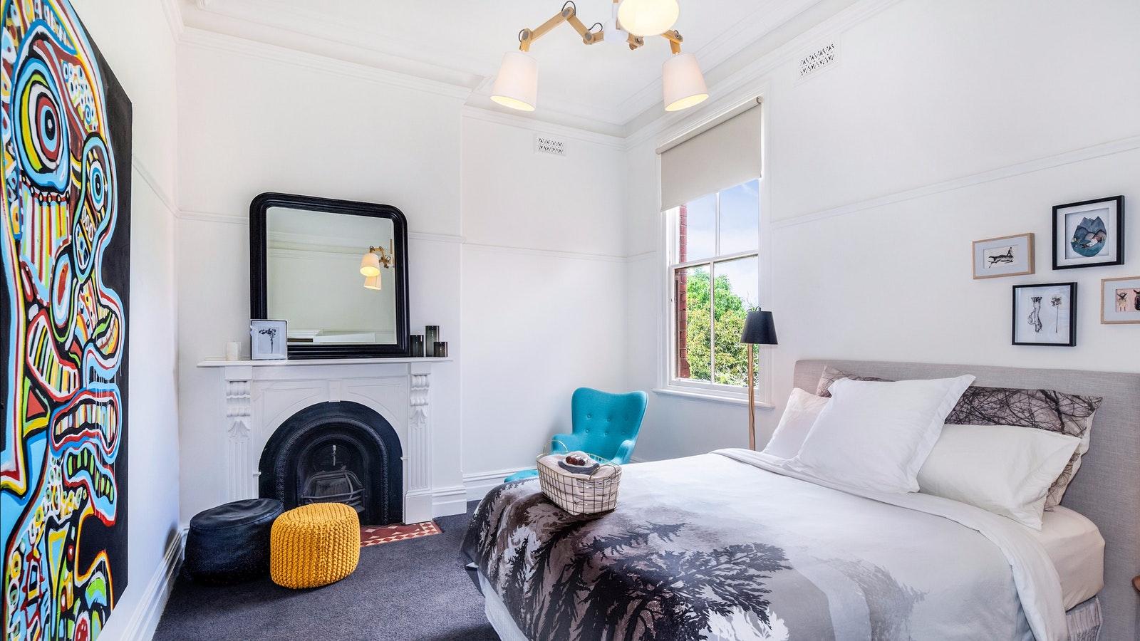 No eight bedroom with queen bed