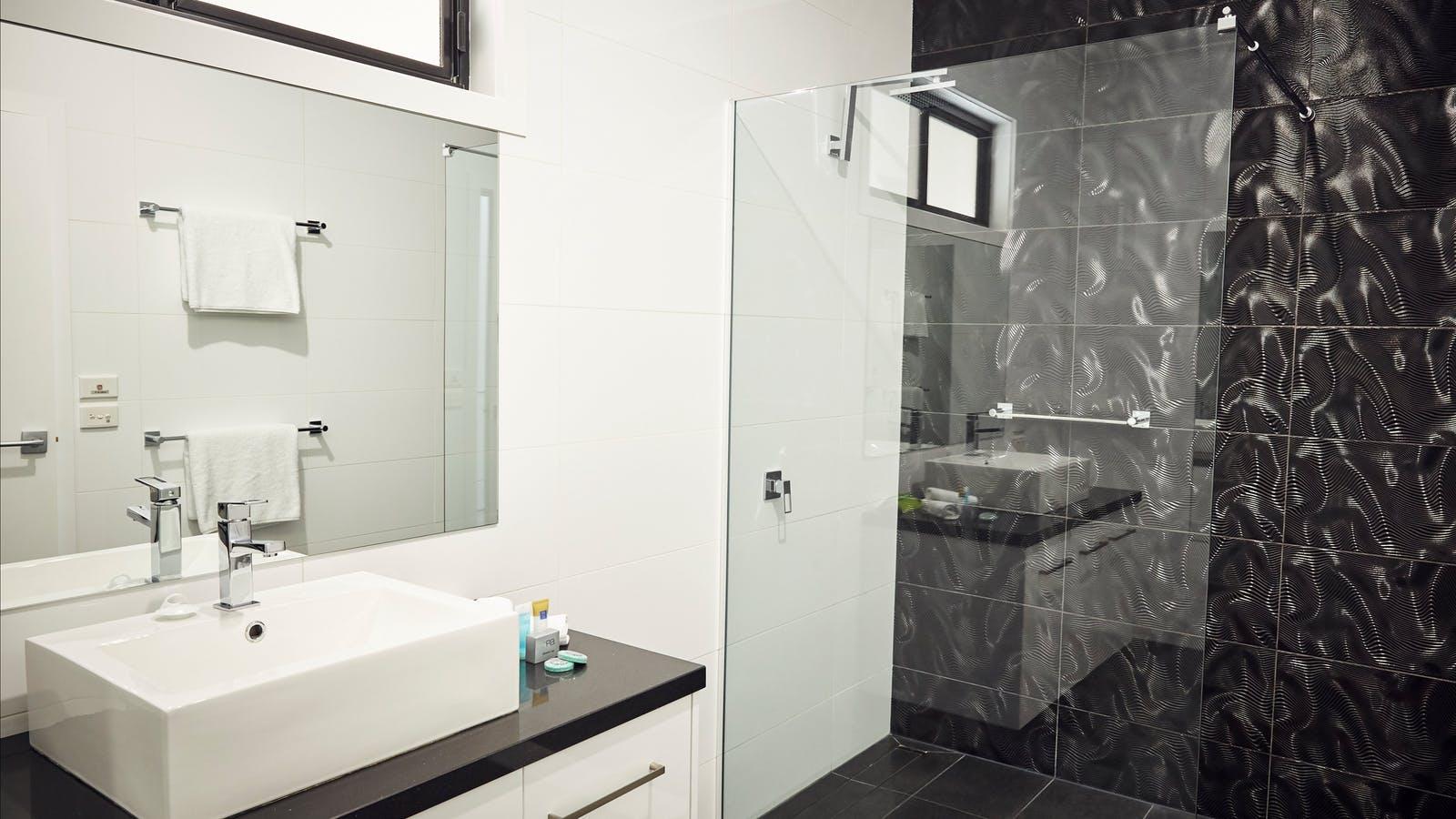 Room 18 Bathroom - Premier King Room at Junction Motel, Maryborough