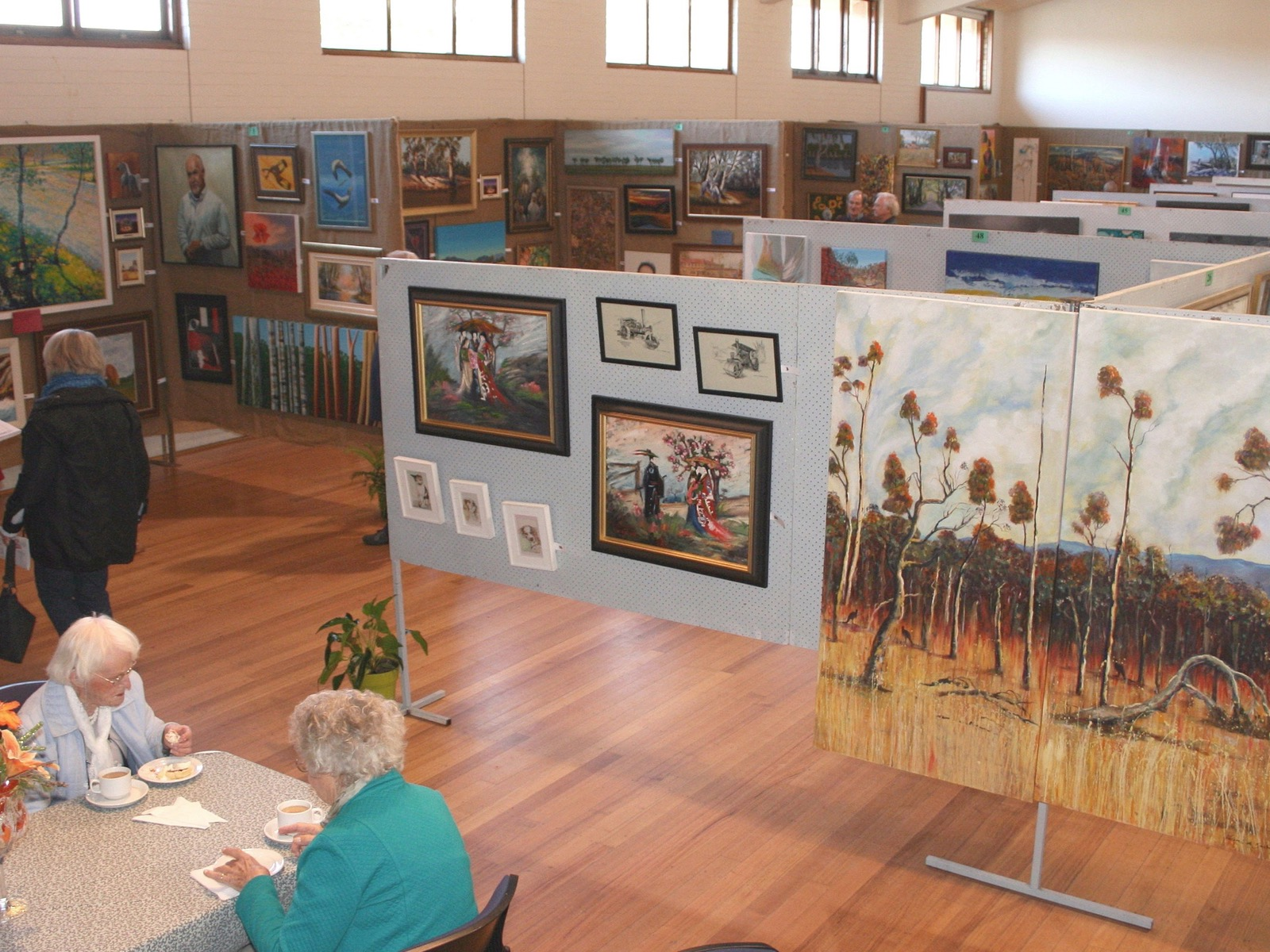 Visitors enjoying the 2016 Pyrenees Art Exhibition & Sale