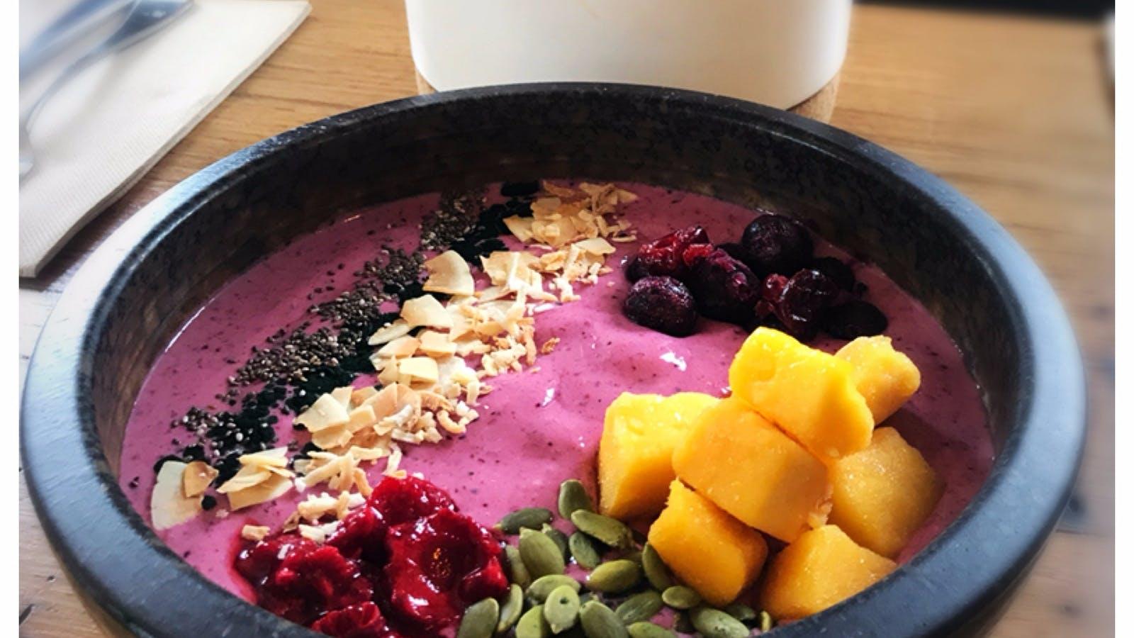 Banana berry smoothie bowl