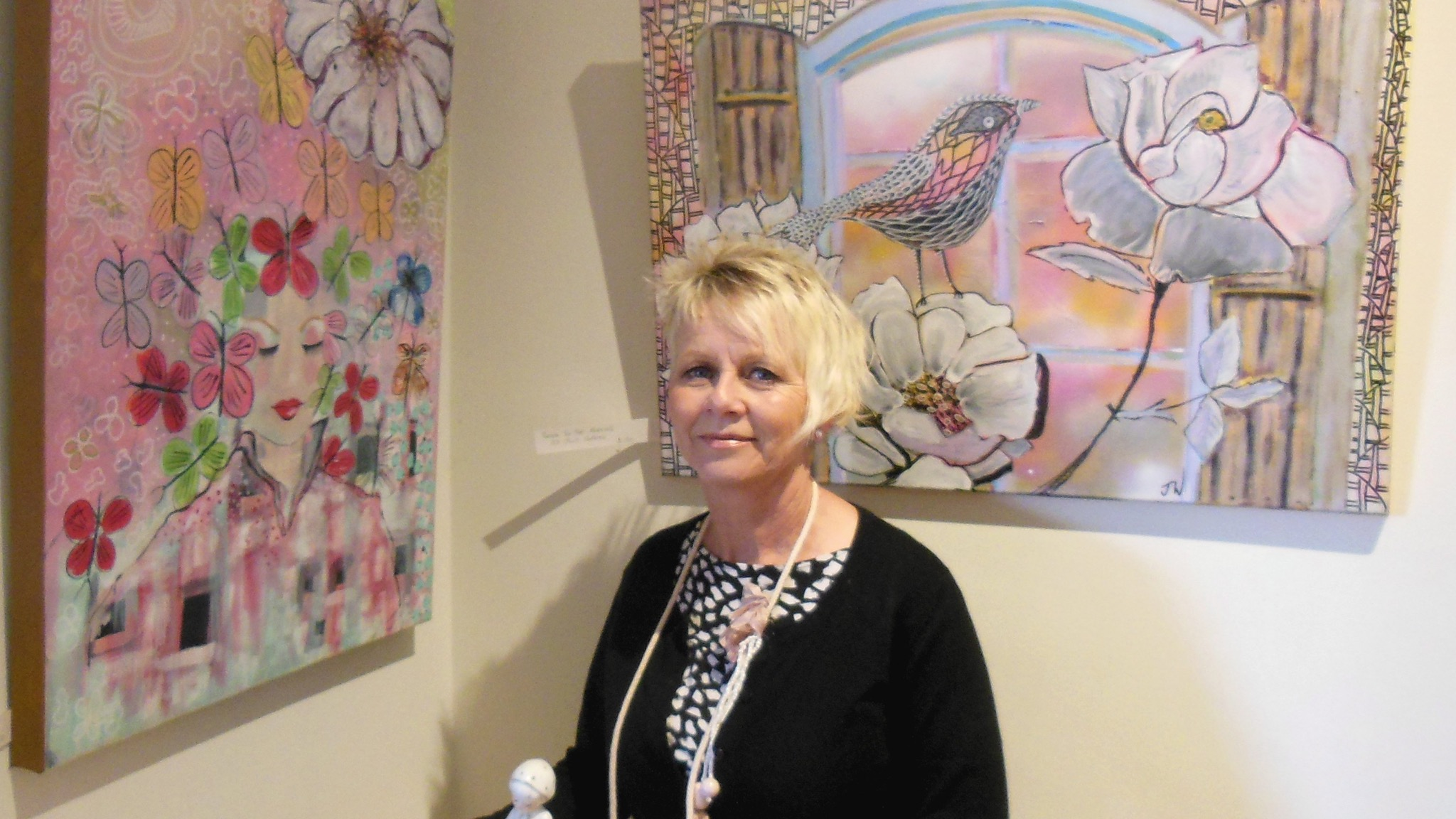 Pyrenees Artist Jilly Watkin with samples of her art work and mosiac art work by Sanne Malkaer.