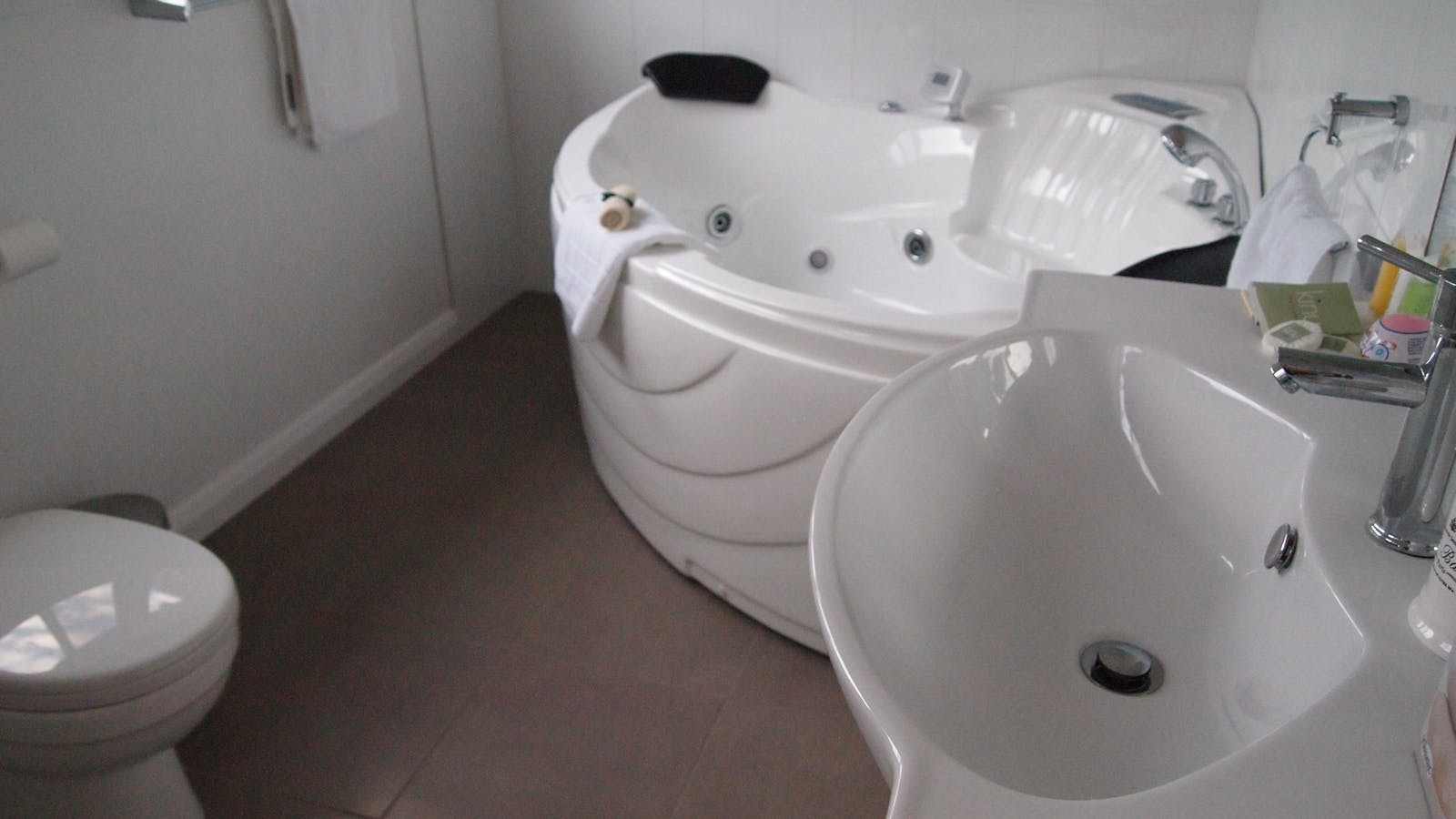 Double spa and vanity in second bathroom