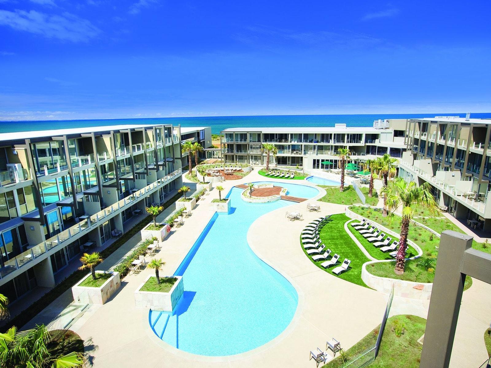 Wyndham Resort Torquay pool and hotel view