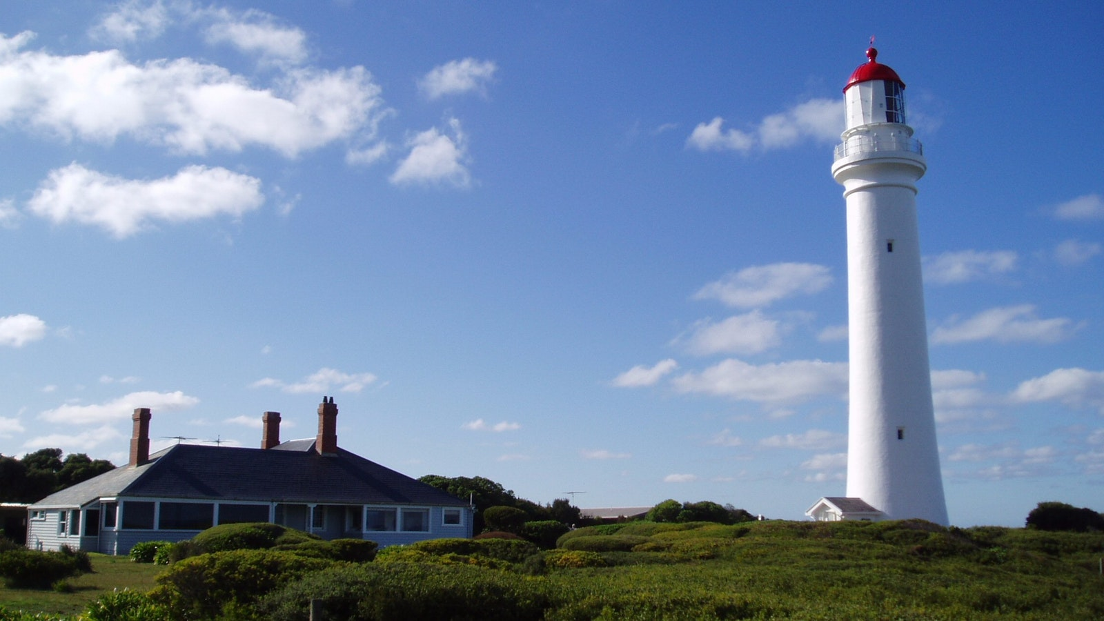 A view of Split Point Lighthouse and the head Lighthouse Keeper's Cottage