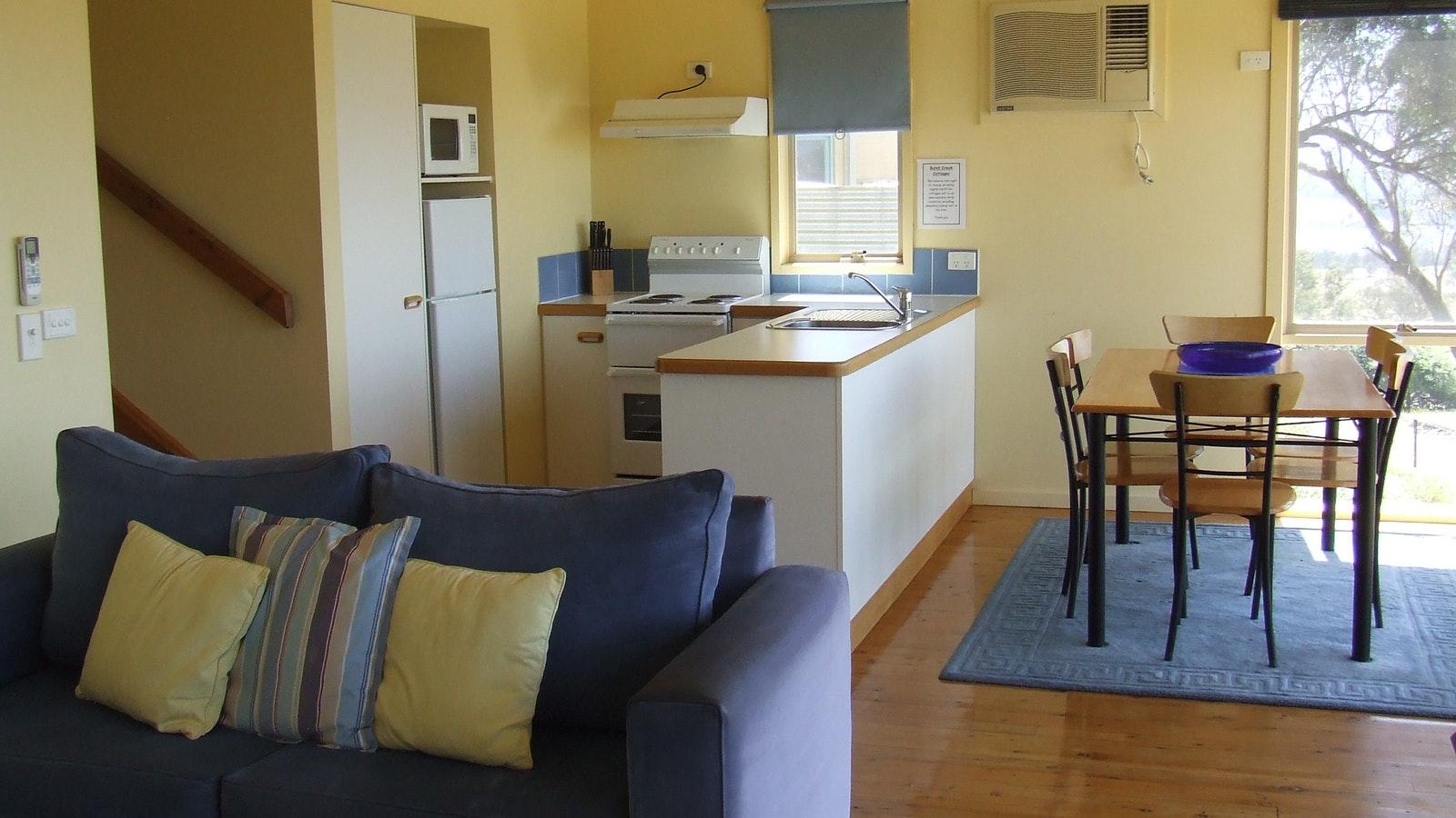 Redgum cottage - lounge/dining/kitchen