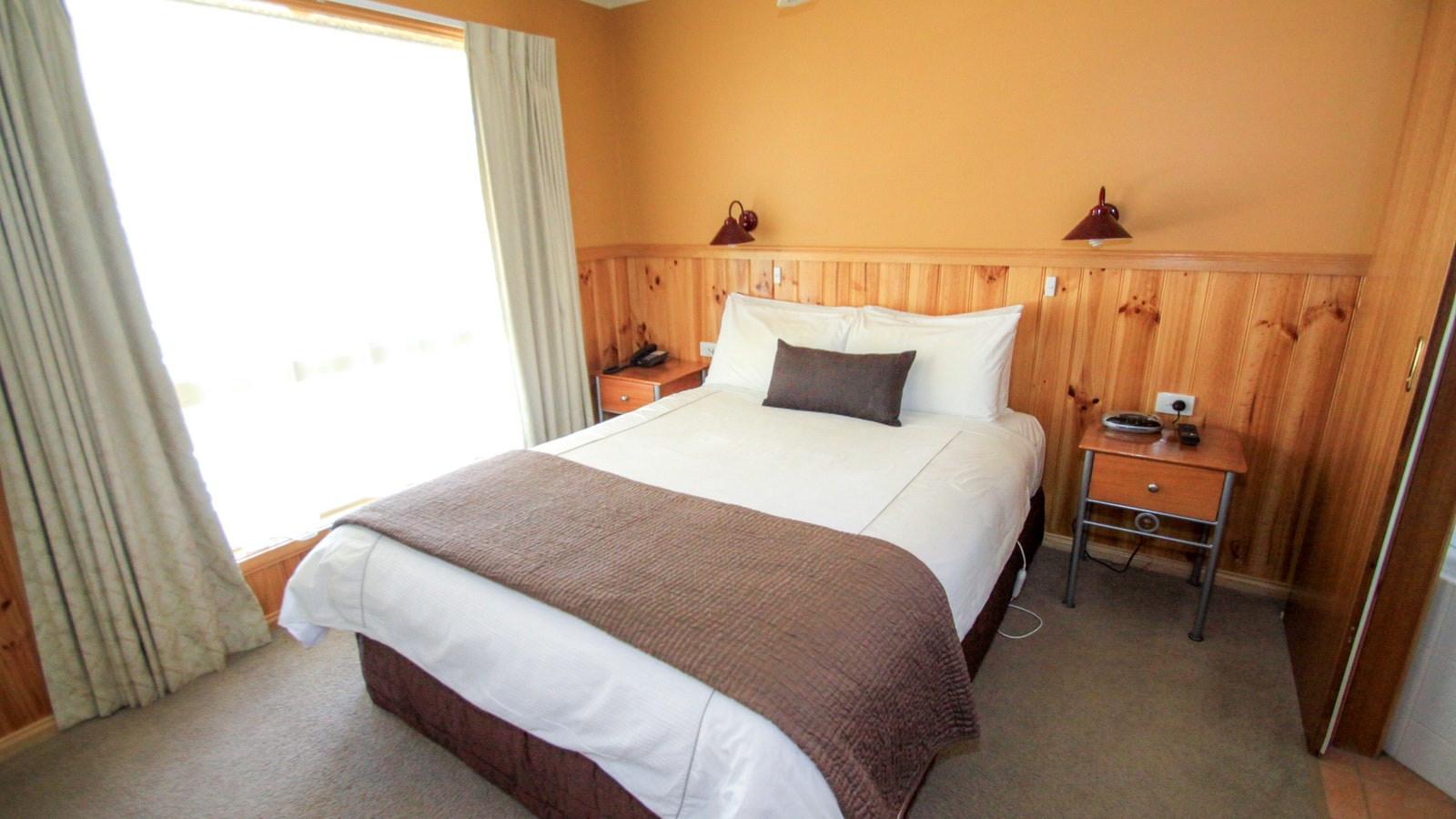 Queen bed in Spa Cottage