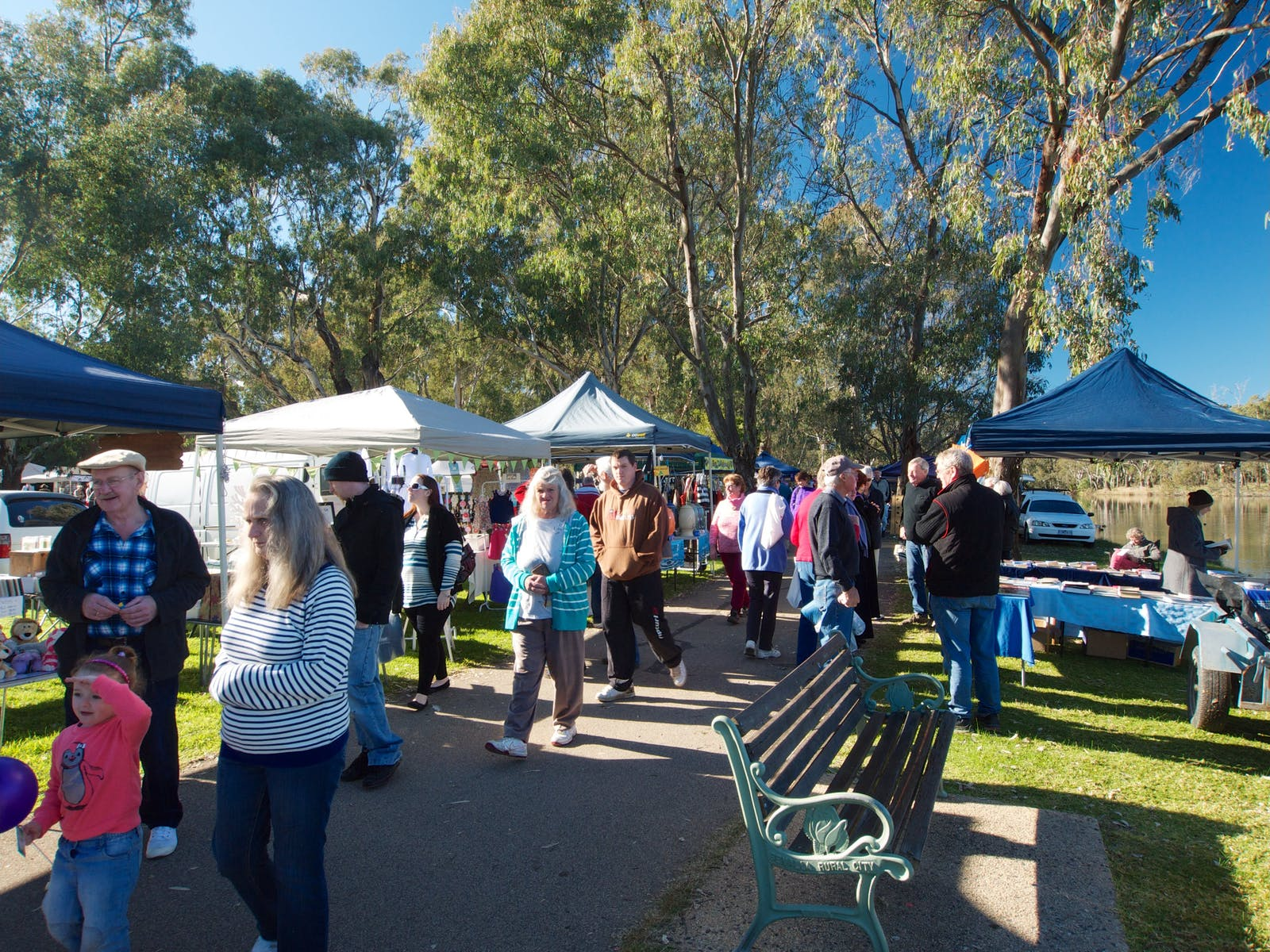 shoppers at the Benalla Lakeside Market