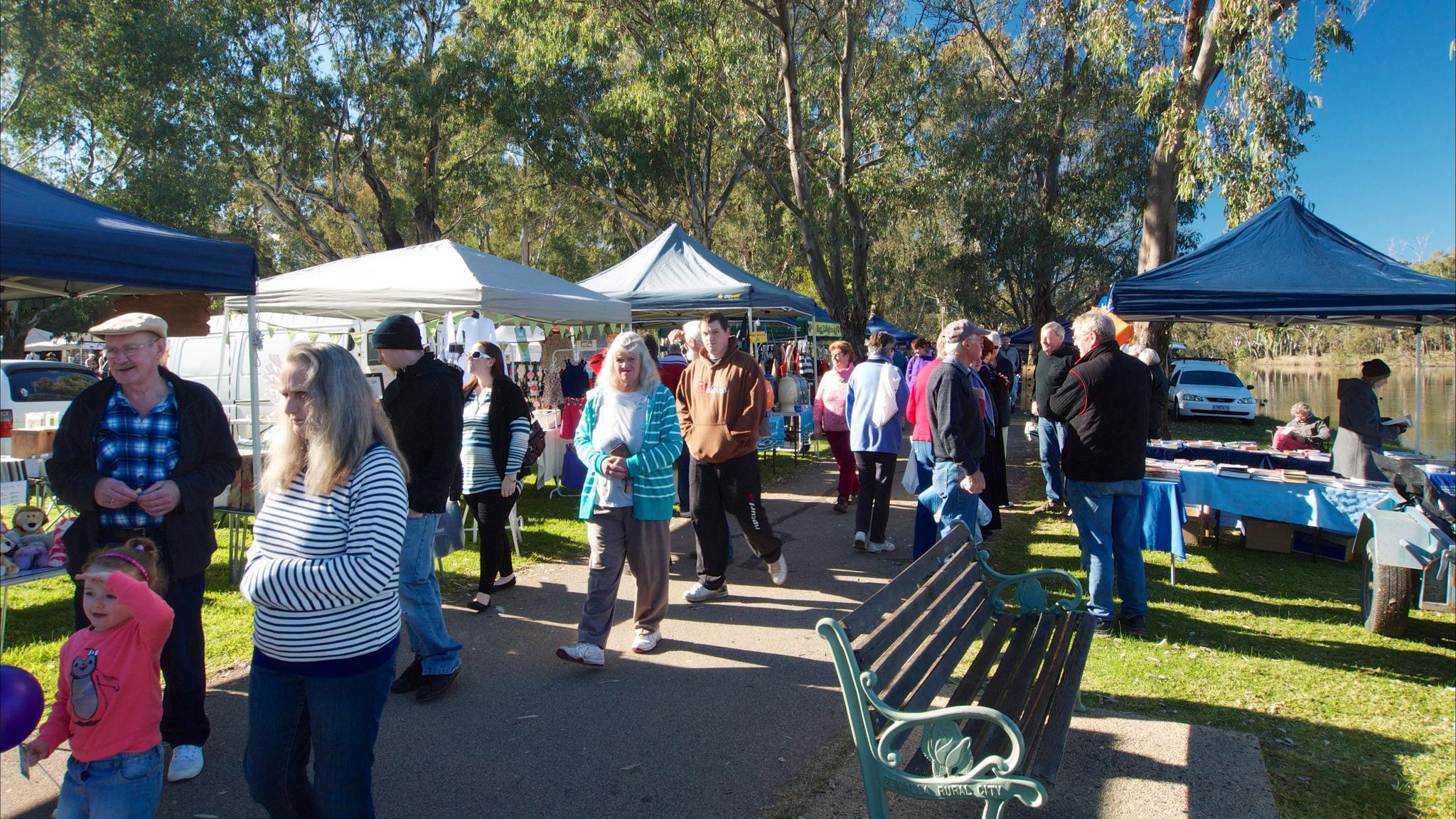 shoppers at the Benalla Lakeside Market
