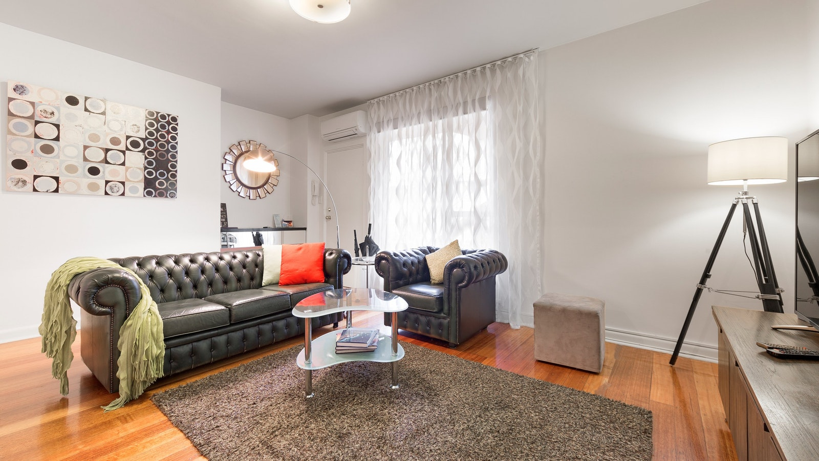 """Brunswick two bedroom serviced apartment with aircon 60"""" Smart TV"""