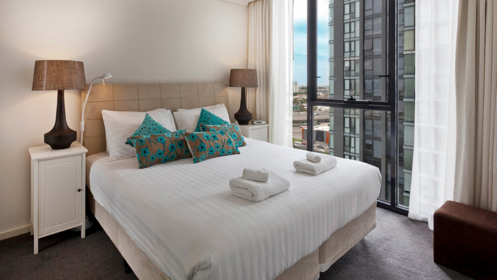 king bed serviced apartment close to CBD trams & SOuthbank Promenade