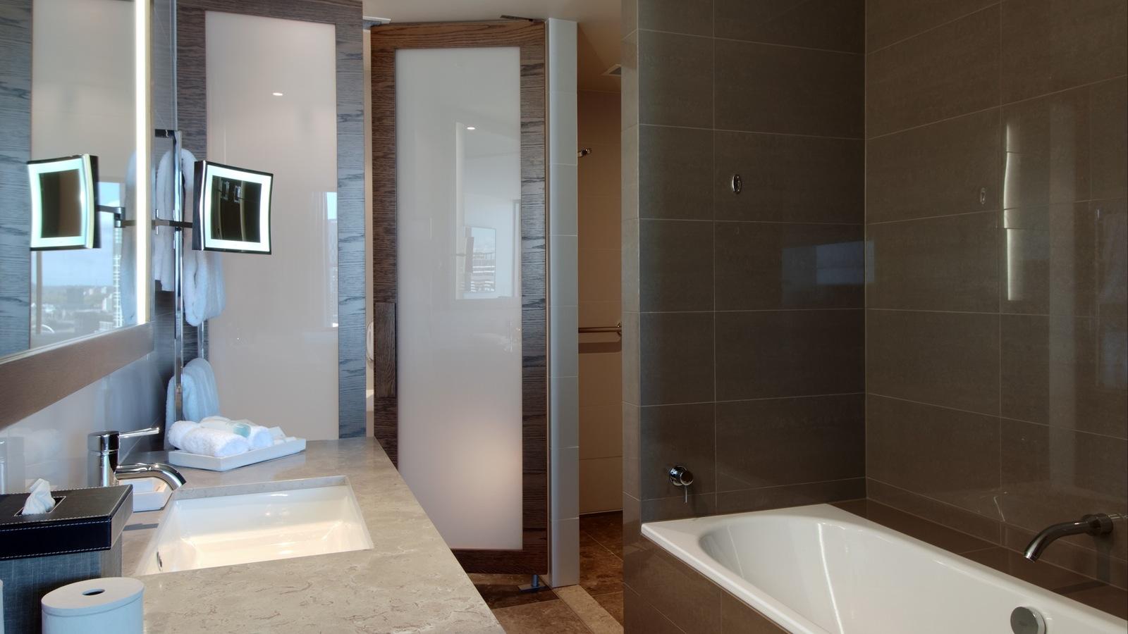 Hilton Melbourne South Wharf - Guest Room Bathroom