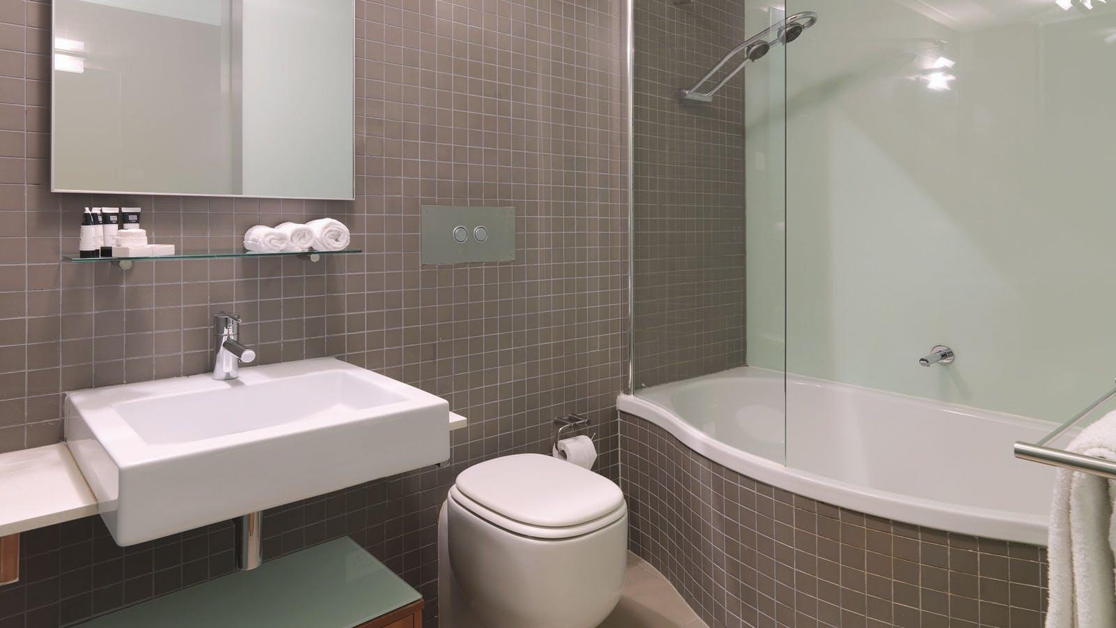 Adina Apartment Hotel St Kilda - Bathroom