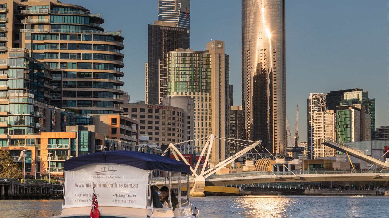 Receive expert local knowledge on your private tour on the Yarra River