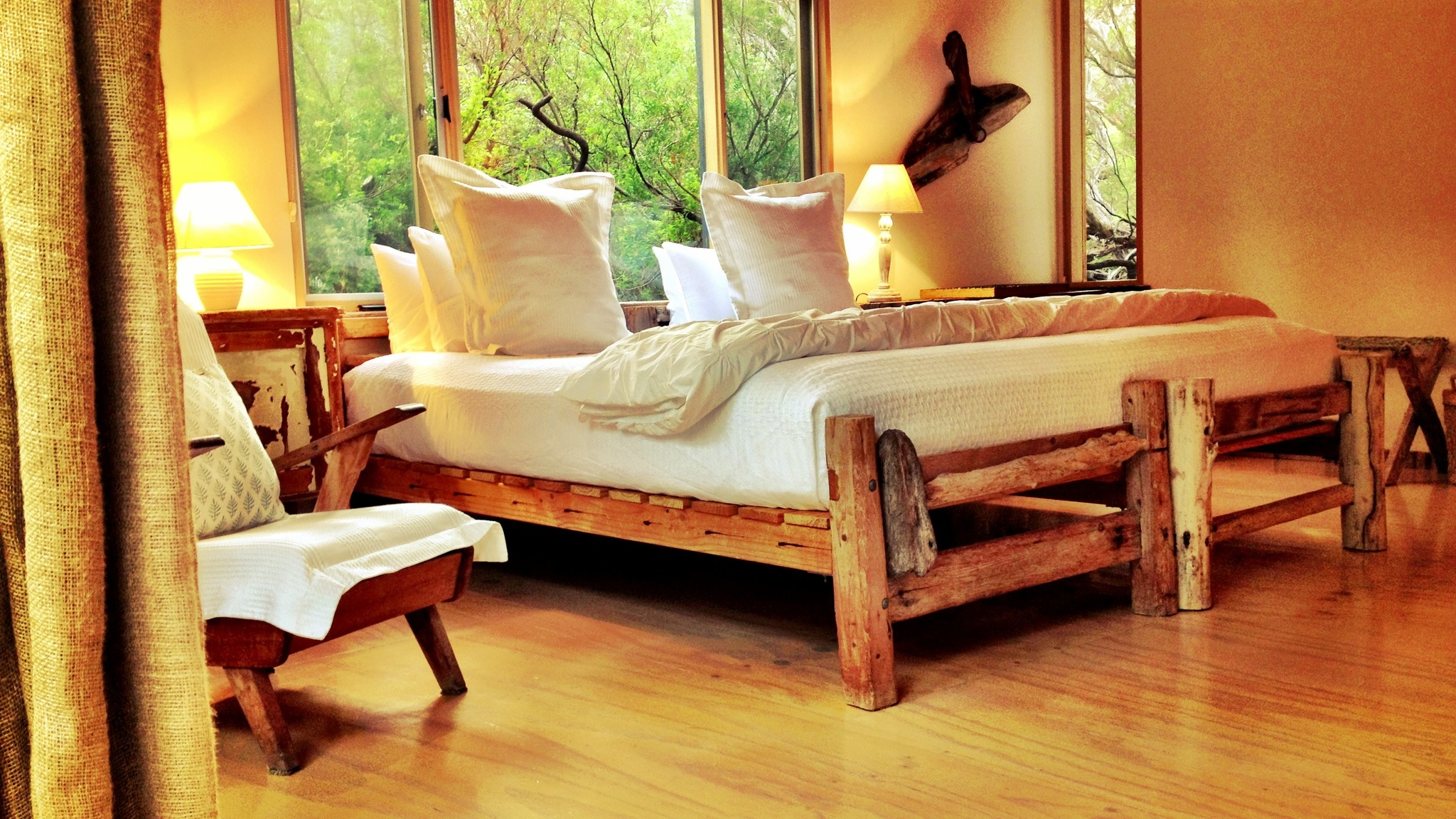 driftwood_bed_crisp_cotton_ kingsize bed_ beach hideaway