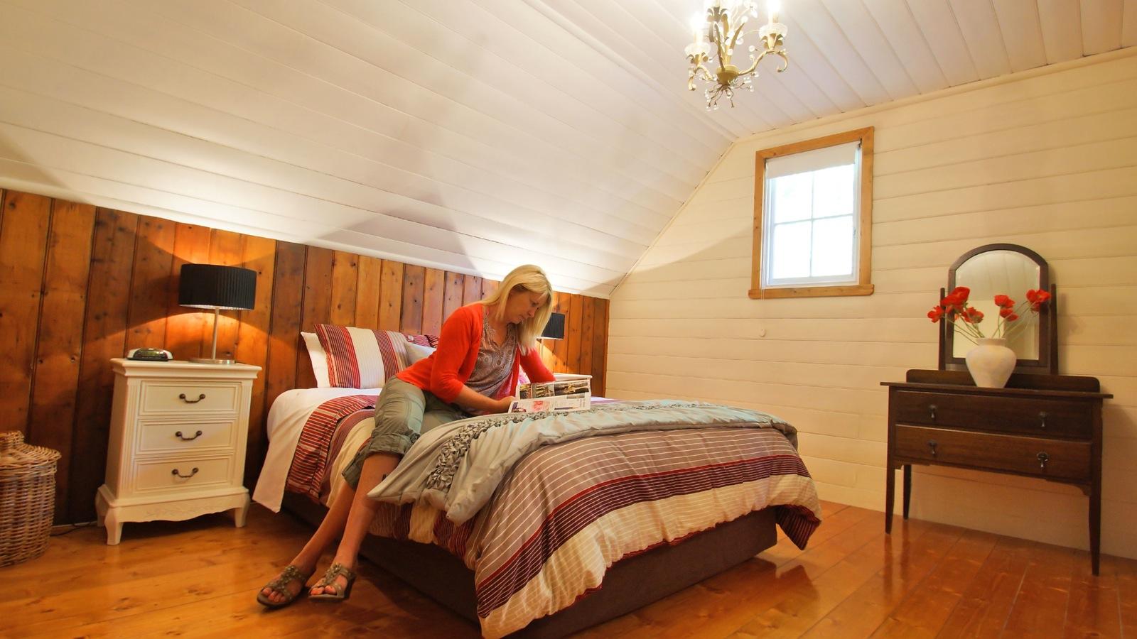 The mezzanine level queen bedroom has en suite