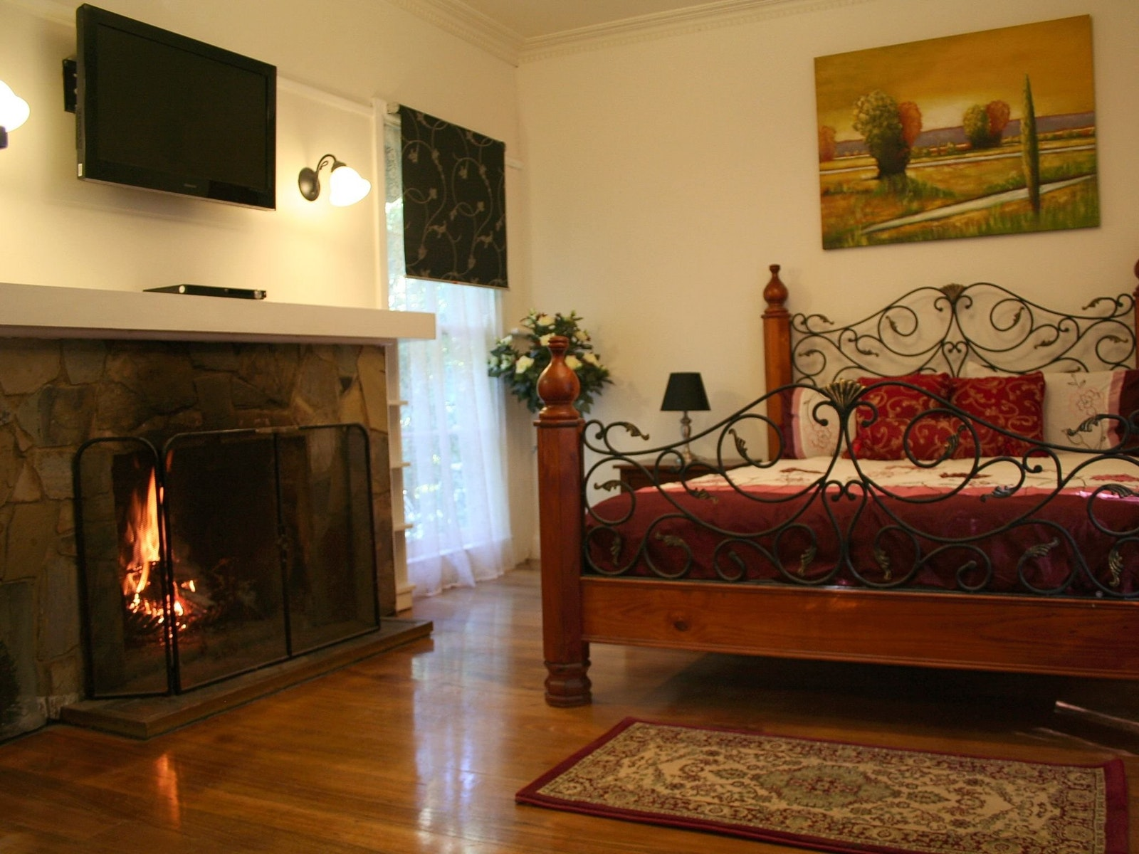 Evora cottage with queen bed and wood fireplace
