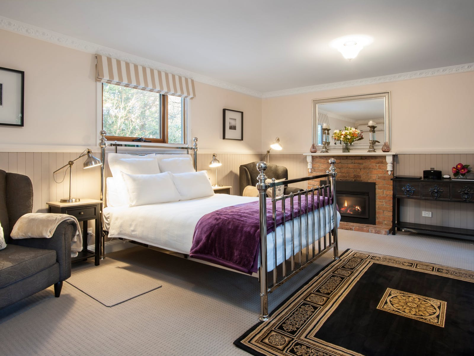 Camellia longe/bedroom with comfy chairs, gas fire & queen size bed