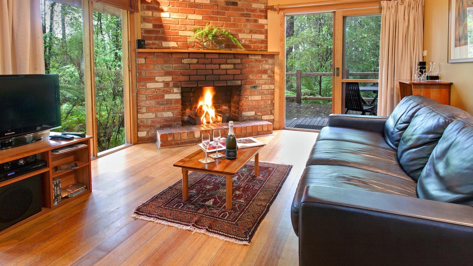 Woodlands Rainforest Retreat - Fireplace