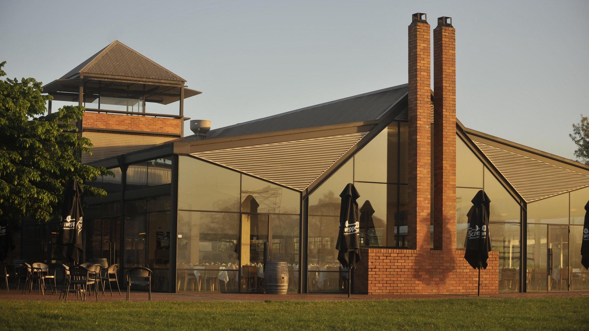 ガラス張りの開放的なレストラン